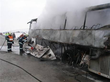 Na dálnici D11 shořel autobus, který vezl děti na hory. (17. ledna 2009)